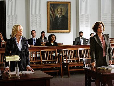 Patty Hewes (Gleen Close) e Claire Maddox (Marcia Gay Harden) nos tribunais.